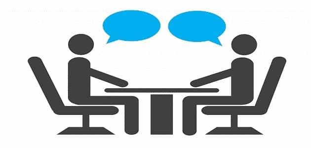حوار بين شخصين عن مواقع التواصل الاجتماعي